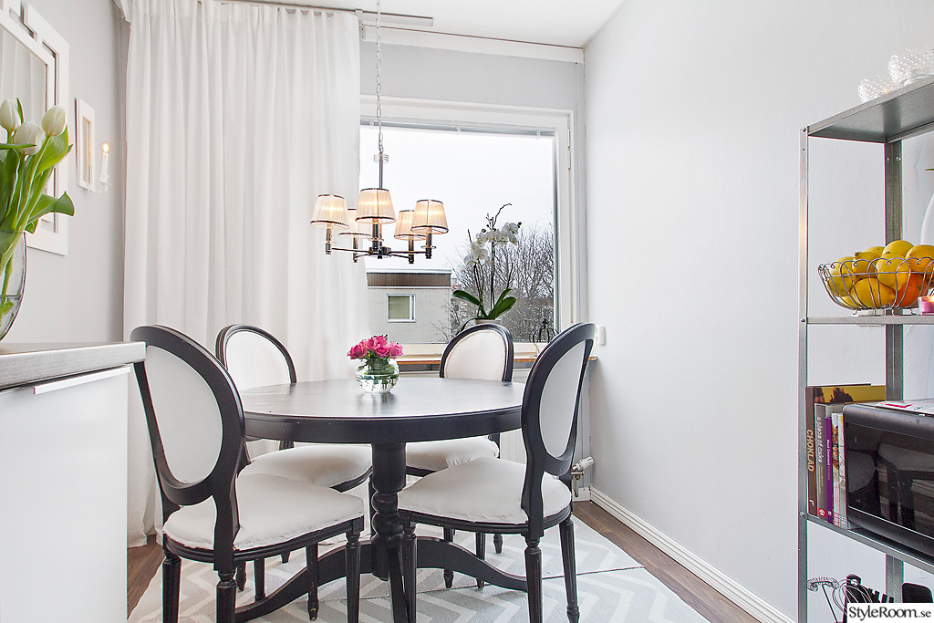 Vita Koksbord : svart koksbord  svart,vita gardiner,koksbord,koksrenovering,koket