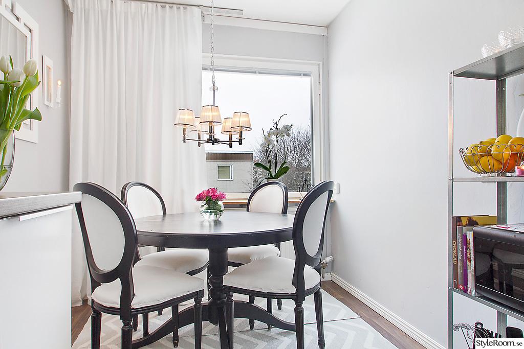 Svart Koksbord : svart koksbord  svart,vita gardiner,koksbord,koksrenovering,koket