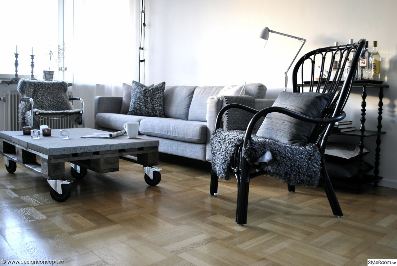 efter renovering,grå soffa,soffa ikea karlstad,soffbord,soffbord av lastpall,fåtölj ikea