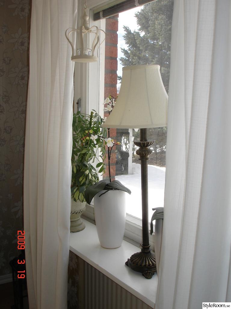 Bild på lampa lantligt gardin   kök i lantlig stil mot nordisk ...