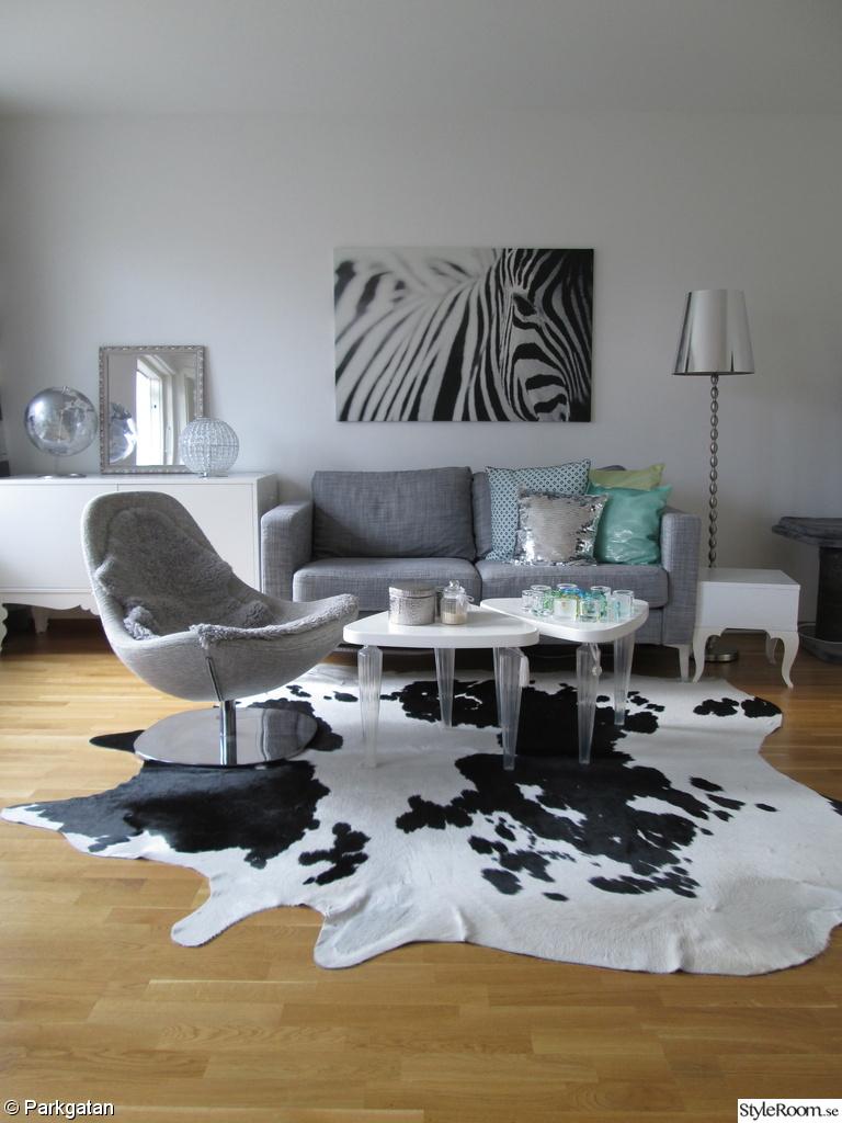karlstad soffa,tirup fåtölj,zebra tavla,koldby kohud,lammskinn,trollsta skänk