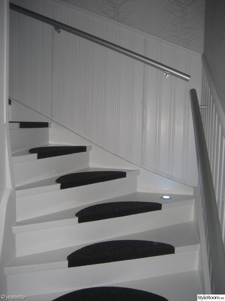 trapphus,vitt,svart,tapet,trappa med belysning,hallen,trapprenovering ...