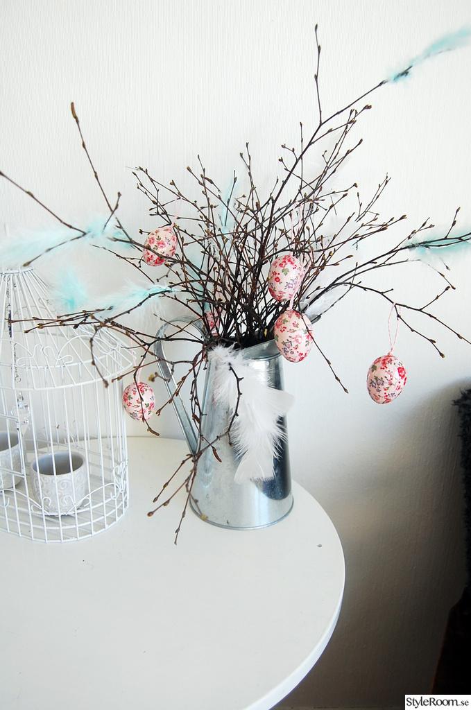 påskris,ägg,rosa,mintgrönt,vitt bord
