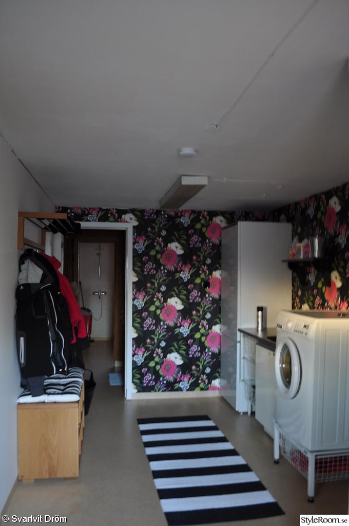 tvättstuga,tvättmaskin,fondtapet,groventre,hall,hylla,hatthylla,skobänk,renovering