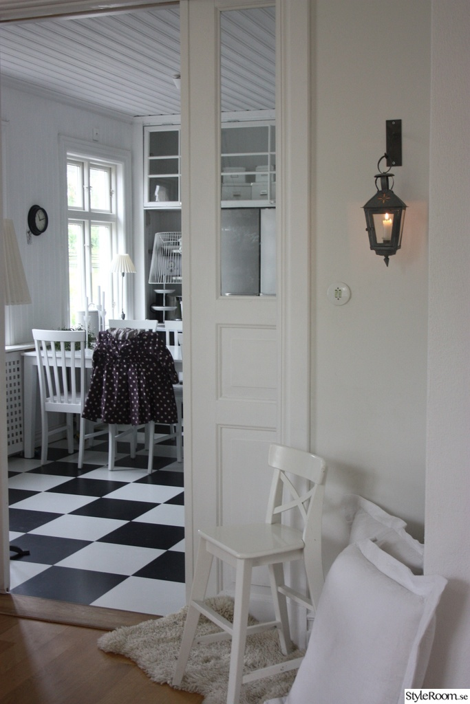 rutigt golv litet k?k  k?k,spegeld?rr,rutigt golv,vitt,vit