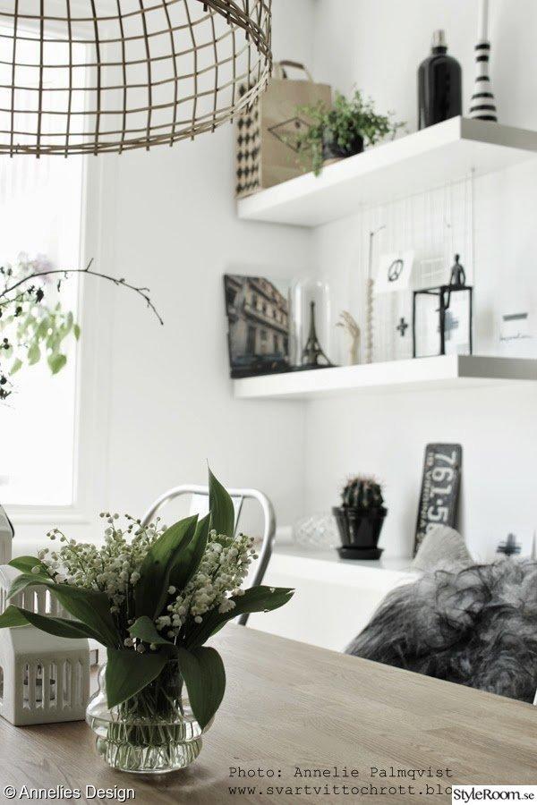 vita köksstolar : matsal,liljekonvaljer,blommor,hyllor,detaljer ...