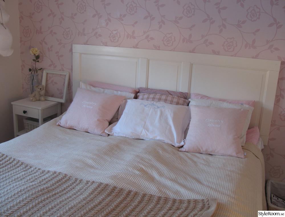 sovrum,sänggavel,kuddar,rosa,vitt,lantligt,spegeldörr