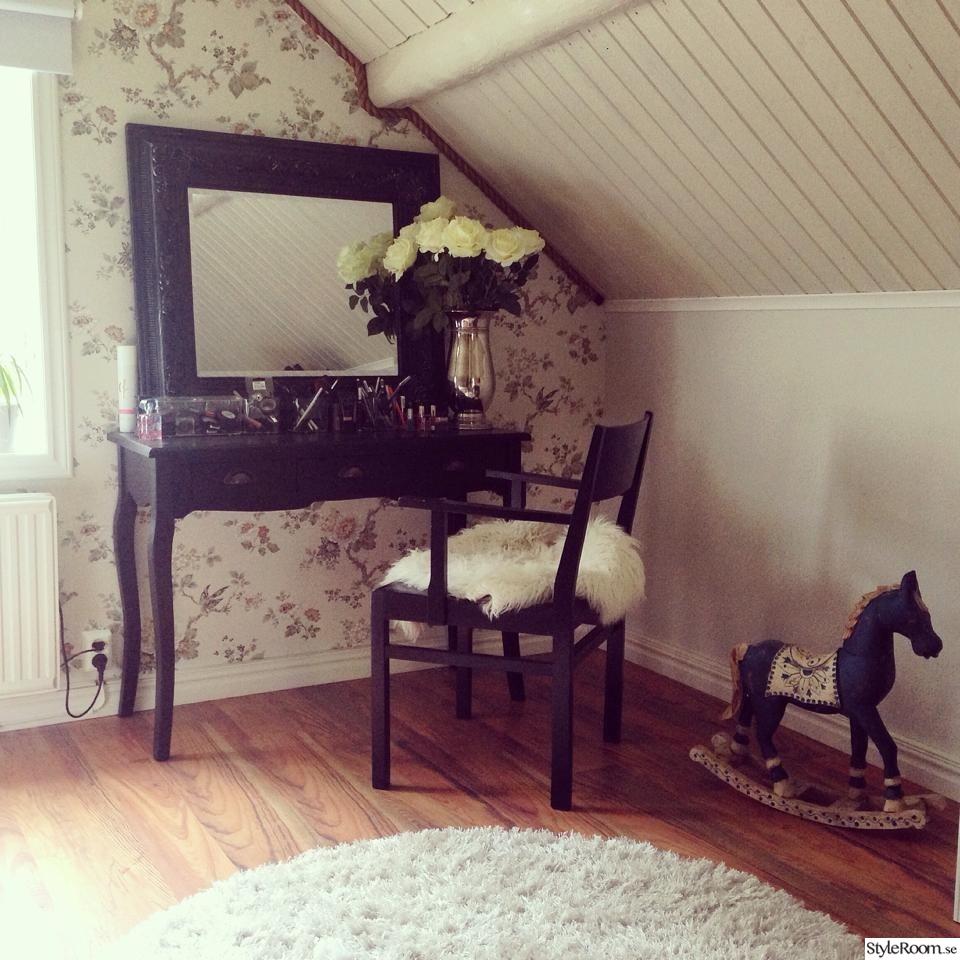 tapet,lantligt sovrum,torpstuga,vita rosor,sängpall,romantiskt sovrum ...