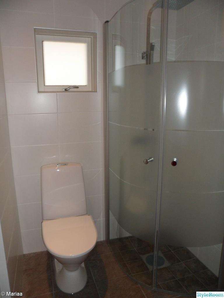 Bild på gamla badrummet   pågåe renovering av våran engelska ...
