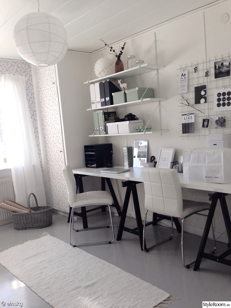 kontor,arbetsyta,arbetsrum,skrivbord,hyllor,förvaring,syhörna,kontorsrum,stolar,bockar,arbetshörnan