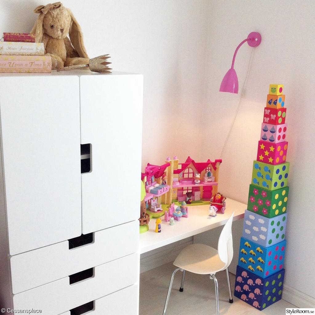 H r bor en liten sessa ett inredningsalbum p styleroom for Ikea kalender