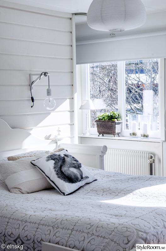 sovrum,fönster,kökssoffa,säng,sängstomme,lampa,vägglampa,sovrumslampa,konsoll,ekorre,kudde
