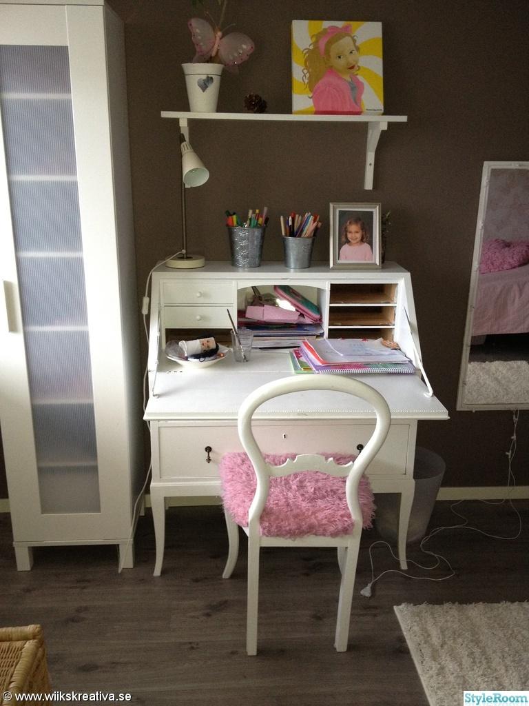 sekret r loppis flickrum rosa vitt brunt stol barnrum tjejrum brun tapet gr tt golv spegel. Black Bedroom Furniture Sets. Home Design Ideas