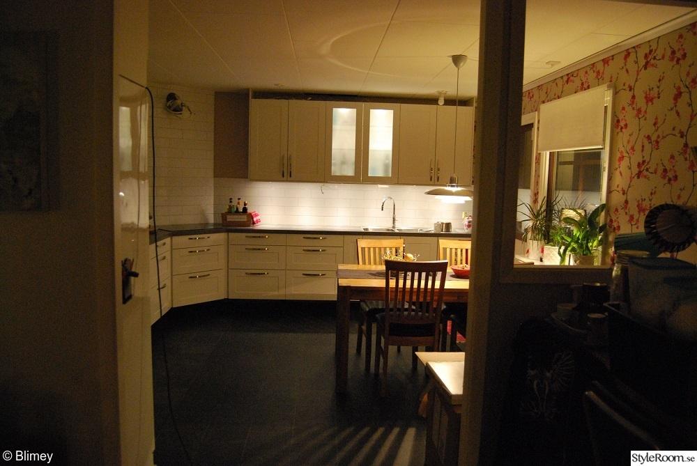 Kok Vitt Kakel Svart Fog : vitt kakel kok fog  vitt kakel,vitt kok,svart golv,svart plastmatta