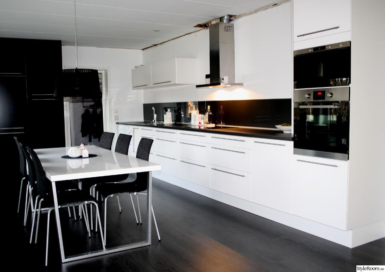 Vita Kok Med Gratt Kakel : vita kok med grott kakel  kok,koksbord,svart lampa,svarta stolar