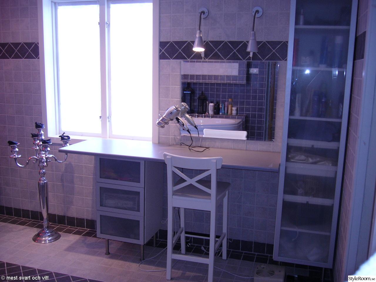 Badrum i grått/vitt med bubbelbadkar,relaxhörna,sminkbord   hemma ...
