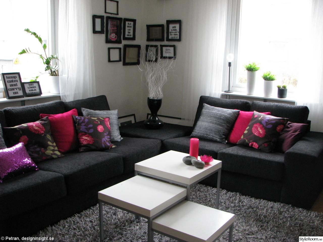 Vardagsrum,soffa,ramar,matta,rya,grå,svart,kuddar,färg