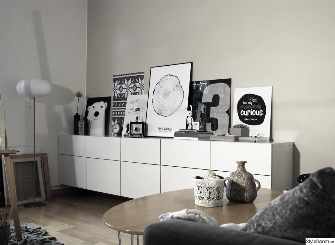 Inspirerande album på svartvitt vardagsrum