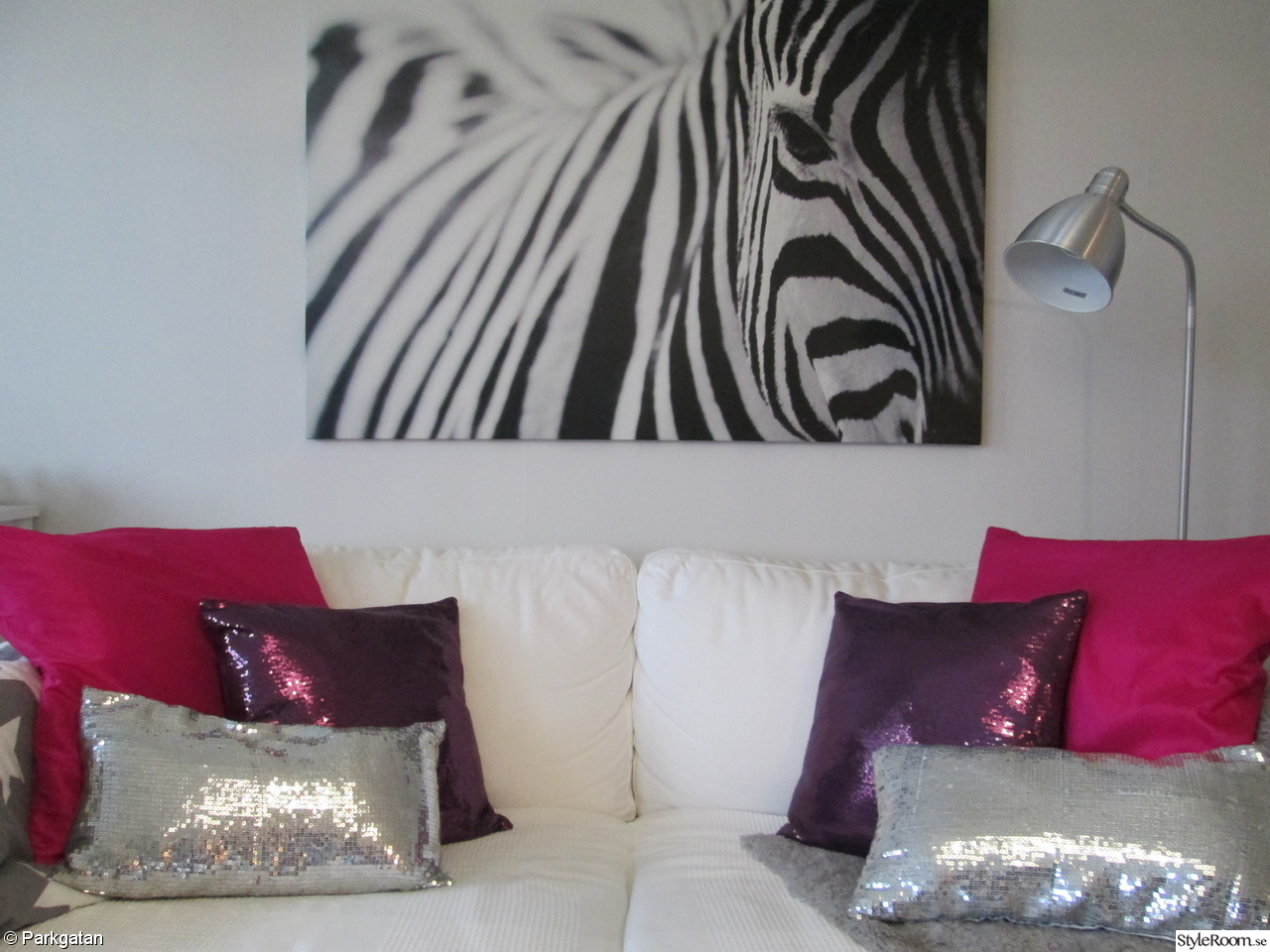 karlstad soffa zebra tavla kuddar lammskinn golvlampa ikea. Black Bedroom Furniture Sets. Home Design Ideas