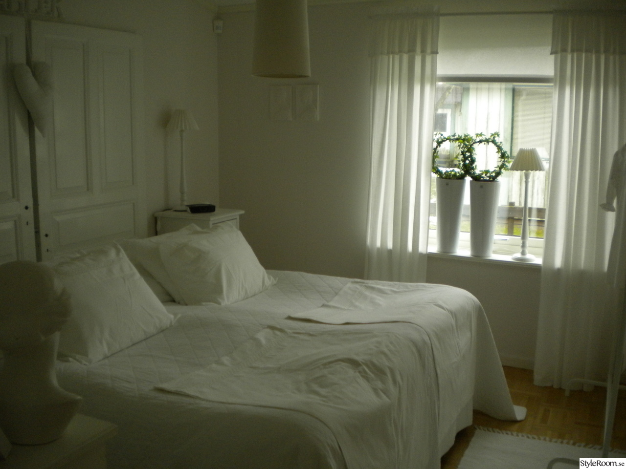 Sovrum i vitt och lantlig stil Ett inredningsalbum på