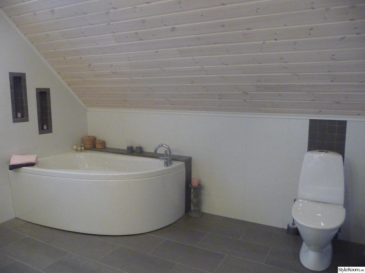 Litet badrum med badkar och dusch ~ Xellen.com