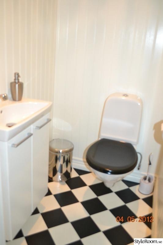 wc,toalettstol,rutigt golv,vägghängd wc,svart/vitt golv