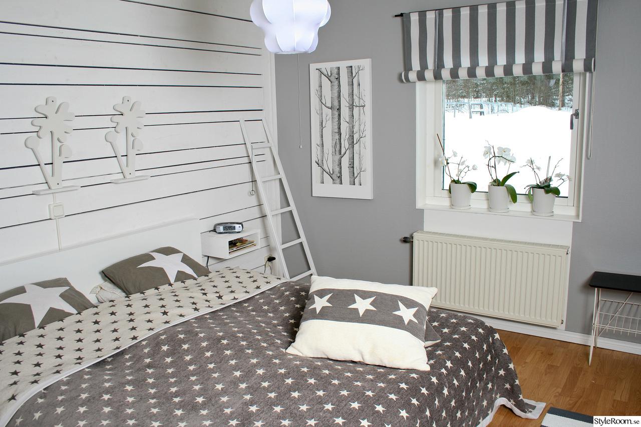 Bild på påslakan   sovrummet, en mix av nytt, gammalt, vitt, svart ...