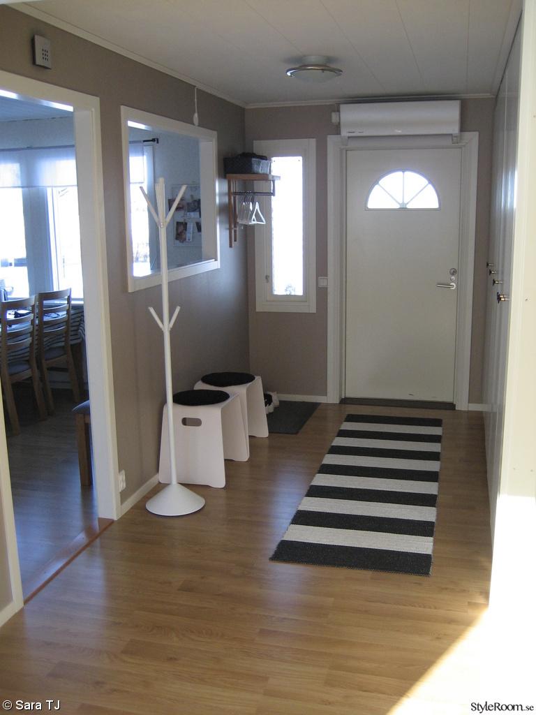 svart,vitt,ytterdörr,matta,bänk,klädhängare träd