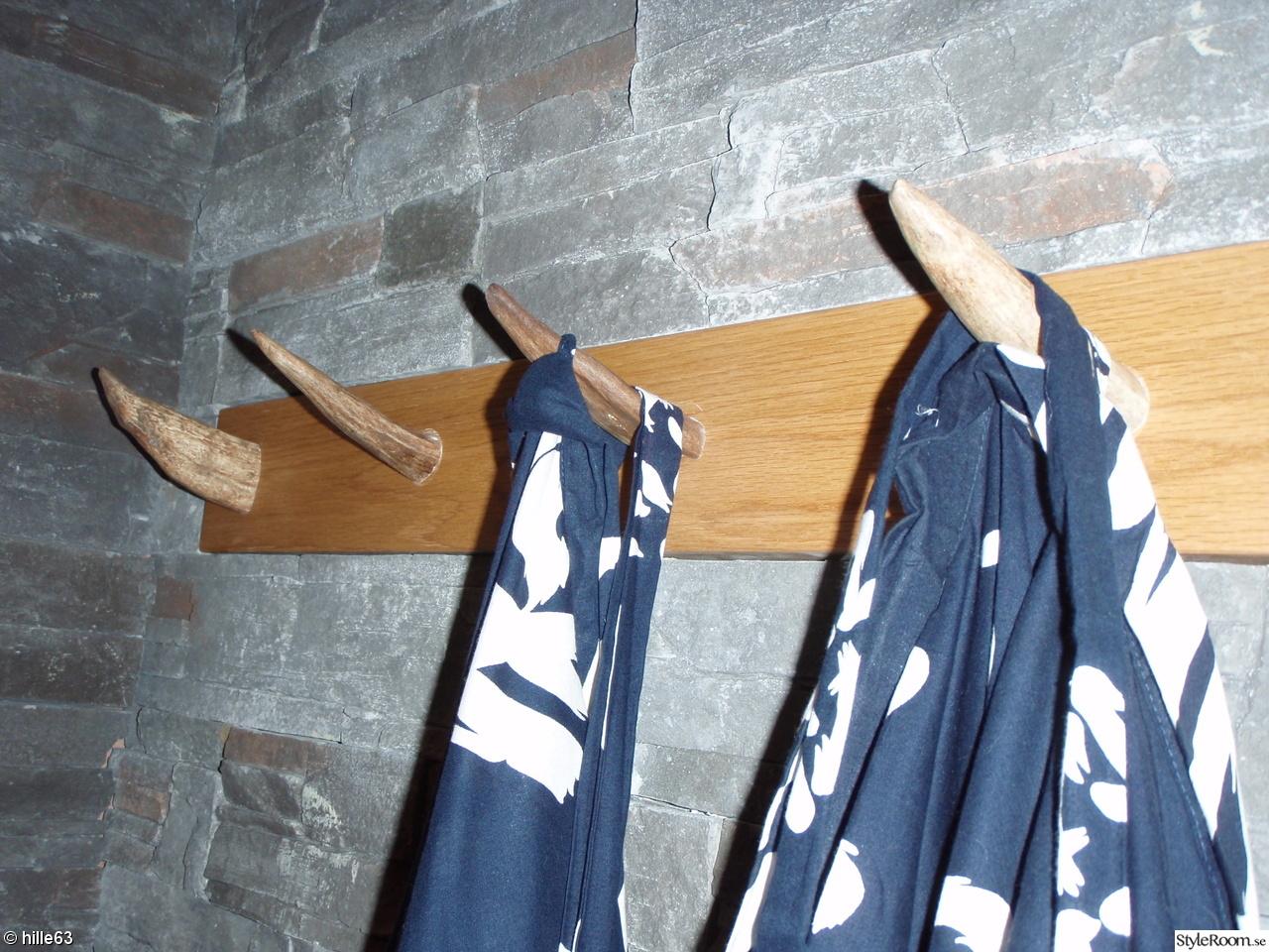 Bild på handdukshängare   badrum i grått& vitt med betongbänk. av ...