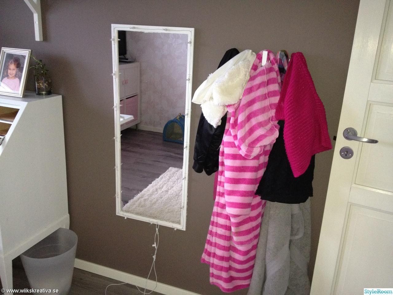 spegel,klädhängare,rosa,brunt,vitt,flickrum,barnrum,tjejrum,brun tapet,grått golv