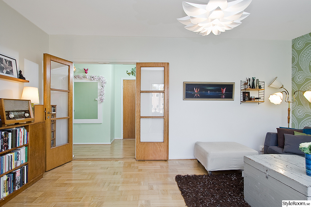 vardagsrum,glasdörrar,taklampa,bokhylla,50-tal