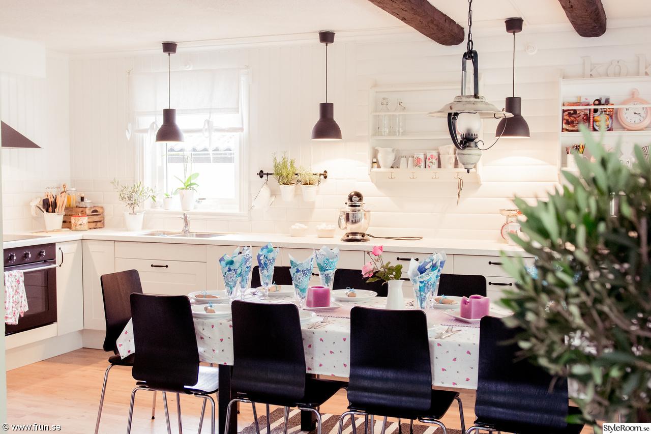 inspiration kök lantligt : lantligt kök,svarta lampor,vit bänkskiva ...