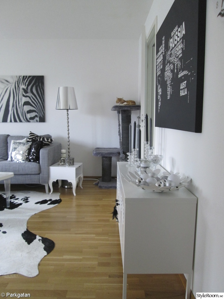 karlstad soffa,tirup fåtölj,zebra tavla,koldby kohud,lammskinn,trollsta skänk,ikea ps skåp