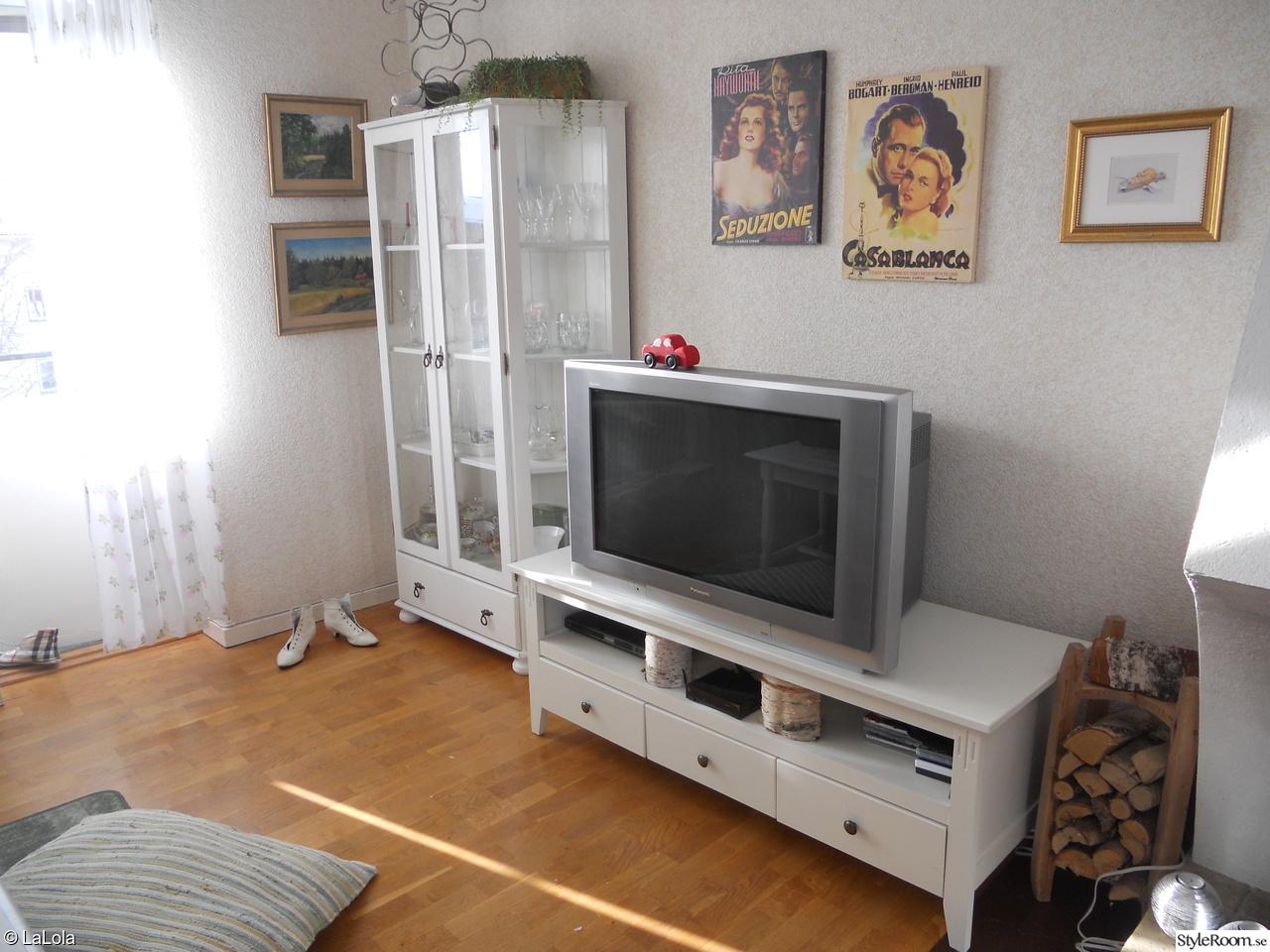 Bild på vitrinskåp vitmålat   vardagsrummet av lottis44