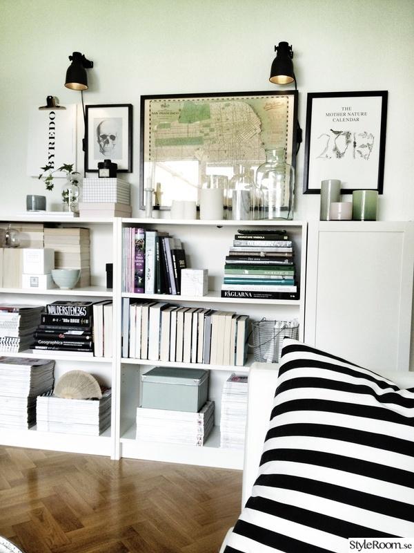 bokhylla,böcker,tavelvägg,förvaring,vägglampa