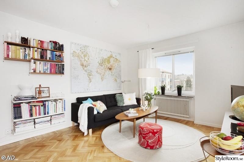 världskarta ovanför soffa