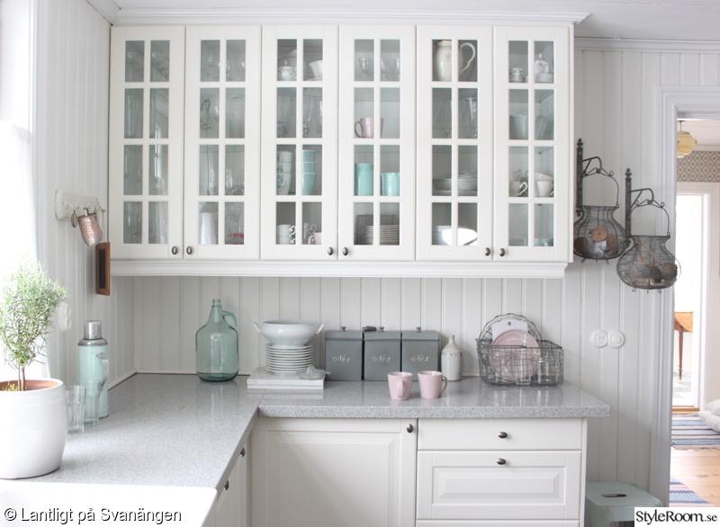 Lanligt kök med granitskiva