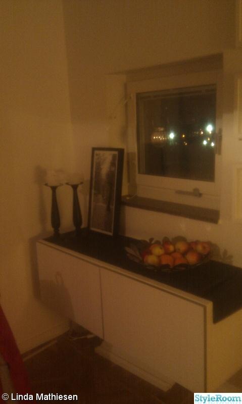 fönster,fruktskål,ljusstakar,litet fönster,vit skänk
