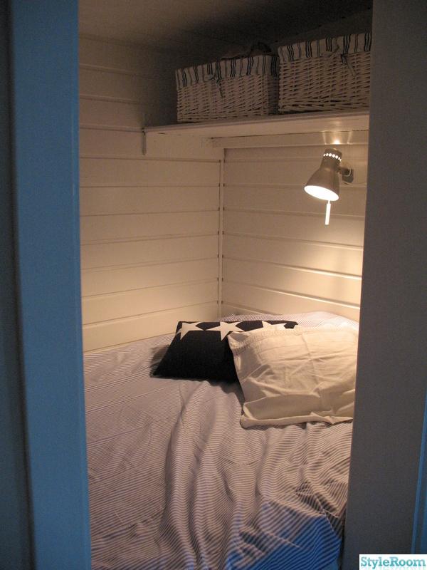 överkast,blått,stuga,sovalkov,sänglampa