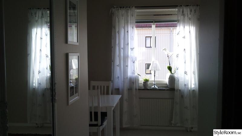 fönster,gardiner,krukor,tavlor,lampa