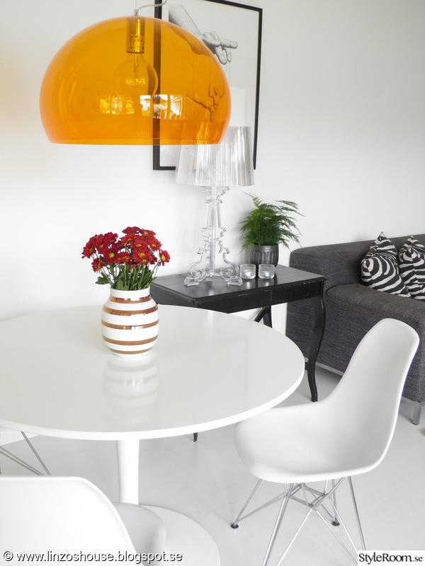 vardagsrum med runt matbord