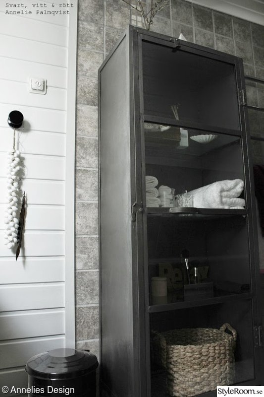 Bild på grått Industriellt badrum av Svartvittochrott