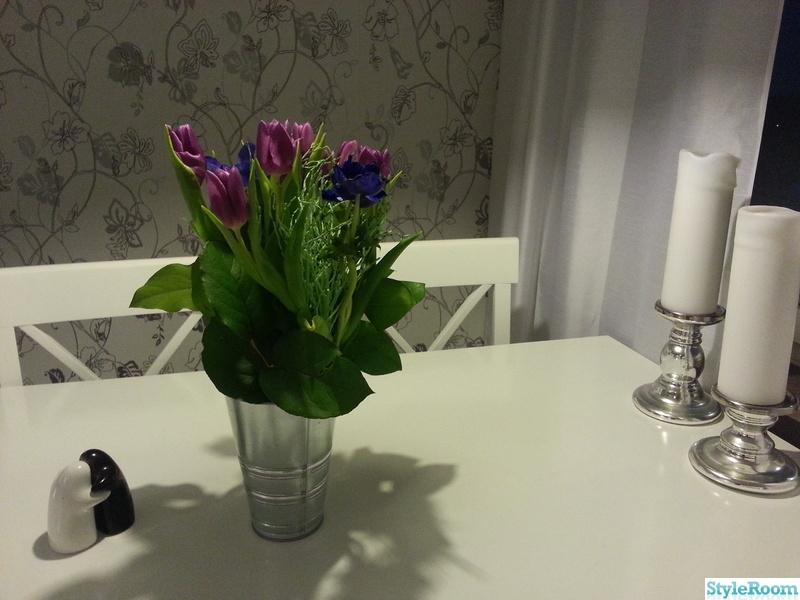 fondvägg kök : fondvägg,blommor,köksbord,ljusstake,bord