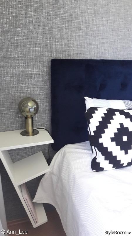 Sovrum i grå och blå toner, mässingdetaljer Hemma hos Ann Lee
