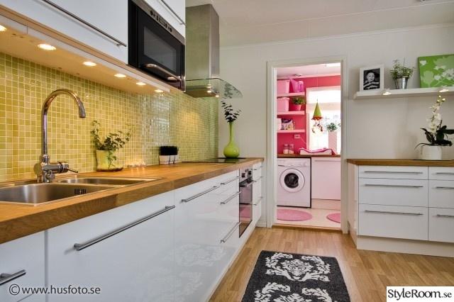 Kök med mosaik över köksbänk i ek