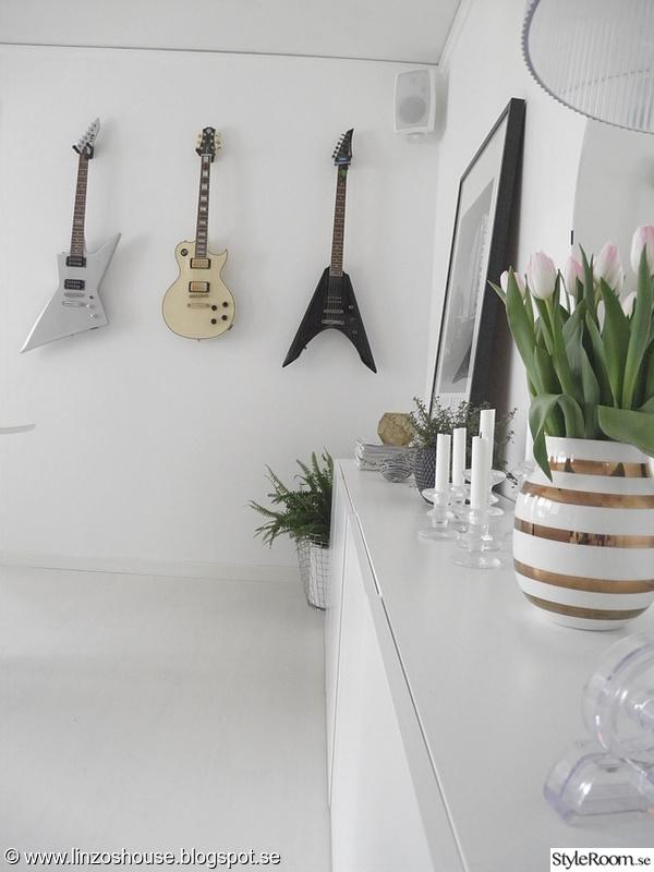 vägg med gitarrer