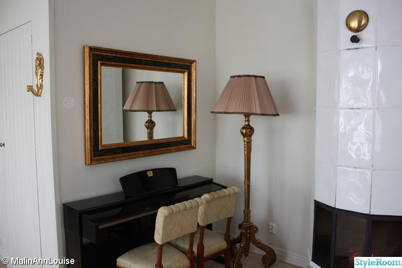 stol,piano,spegel,golvlampa,stolar