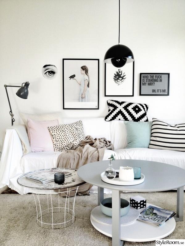 litet vardagsrum med tavelvägg