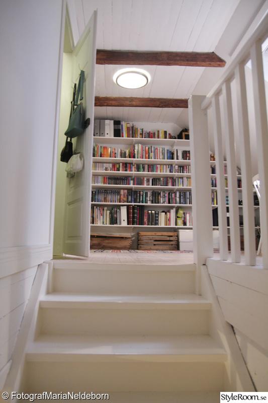Bild på bokhylla Allrum i vårt första hus av MariaNeldeborn