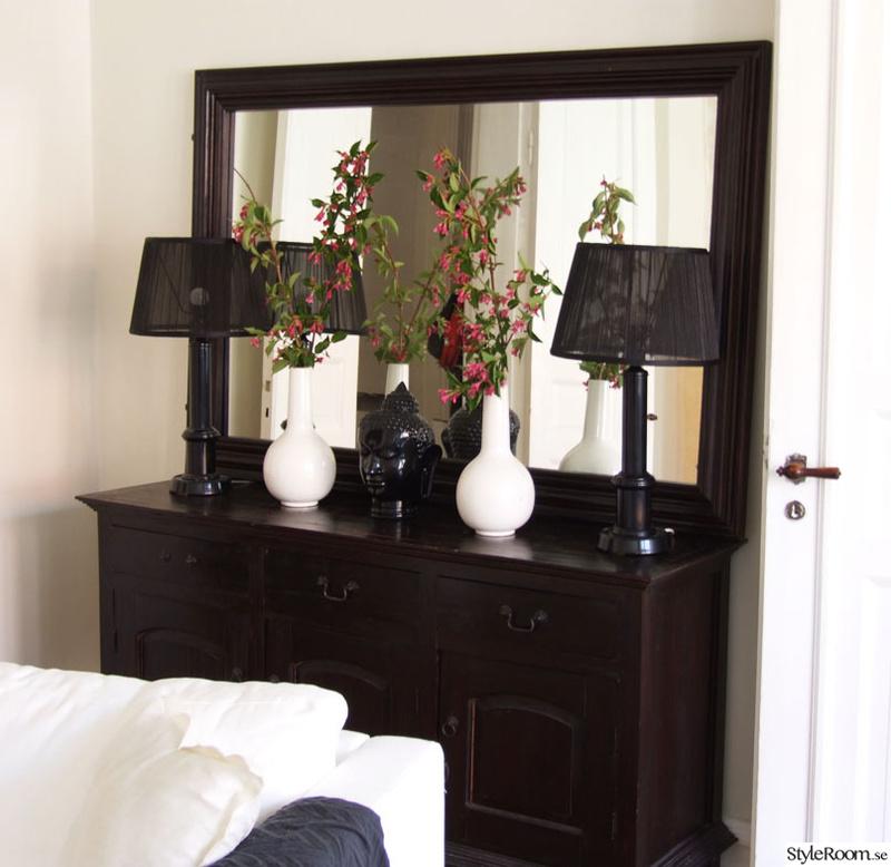 skänk,spegel,svarta lampor,buddha staty